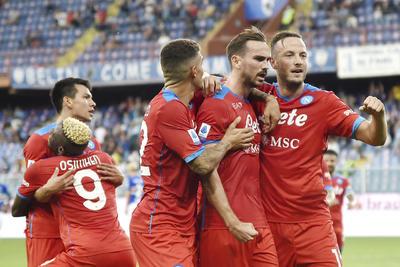 Napoli golea y se mantiene al frente de la Serie A