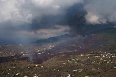 Volcán Cumbre Vieja prosigue camino de destrucción en la isla española de la Palma