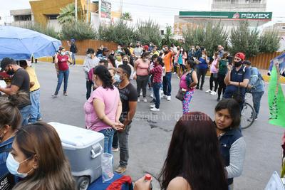 Bloquean bulevar Revolución de Torreón por vacunas antiCOVID agotadas