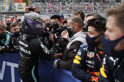 Hamilton conquista su victoria cien en Fórmula 1 con Gran Premio de Rusia
