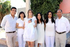 08102021 Jimena en brazos de su madrina, acompañada de sus papás y sus abuelos maternos: Silvia Sánchez, Pedro Mexica y su tía Iraís Mexica.