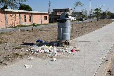Problema de salud pública desde hace meses. Ciudadanos optan por dejar sus desechos en el suelo, esto en lugar de depositarlos en los contenedores que se han colocado en el lugar.