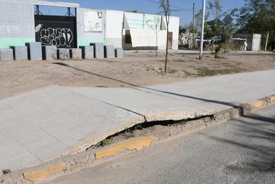 Peligroso. Algunas de las banquetas se han levantado o agrietado, lo que pone en riesgo a los peatones y vecinos de la Línea Verde.