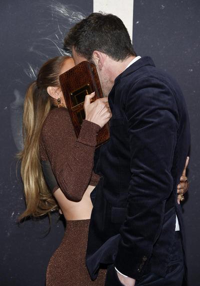 Ben Affleck y Jennifer Lopez presumen su amor en alfombra roja de The Last Duel