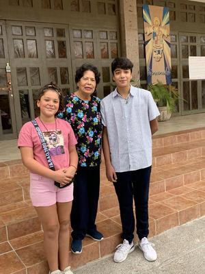 24102021 EN FAMILIA.  Andrea Olguín con sus nietos Robert y Ximena.