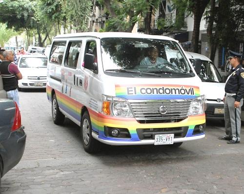 """Hallan """"condomóvil"""" con preservativo de 7 metros"""