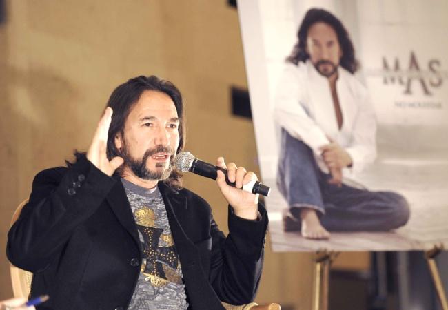 Acepta Marco Antonio Solís que canta feo, pero con estilo