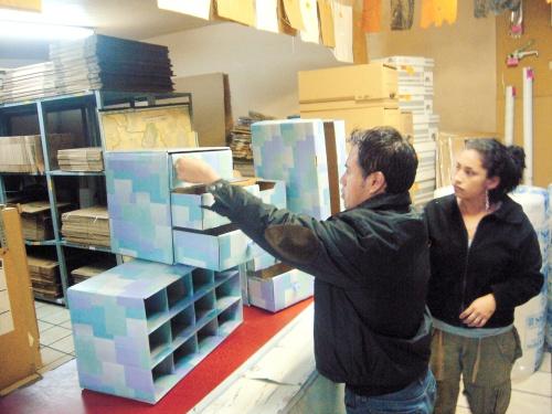 Crean productos de cartón para hogares y oficinas