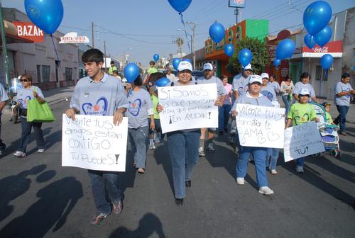 Caminan por el respeto a niños autistas