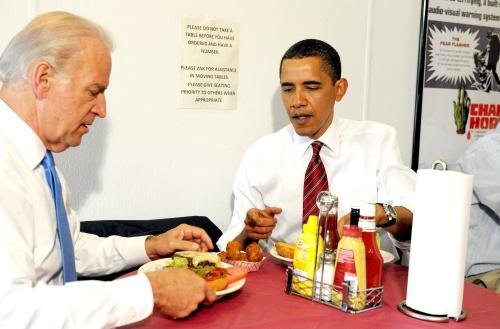 Invita Obama a Biden a comer hamburguesas