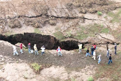 Desalojan a familias por grieta en estado de México