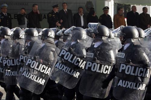Deslucido desfile de la Policía en DF