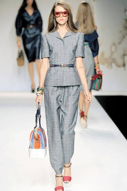 El traje sastre es utilizado por las mujeres para adquirir un look ...