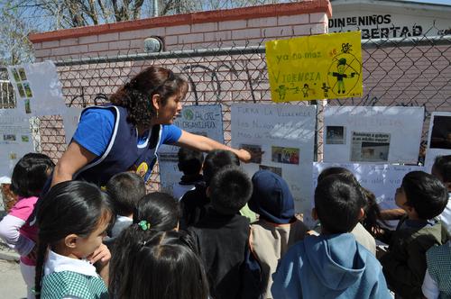 Niños escriben sobre la violencia en su colonia