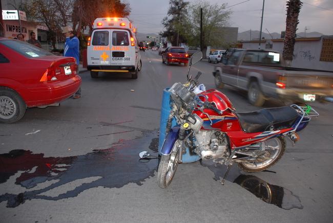 Embiste auto a motociclista y termina en el paviemento
