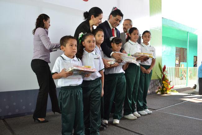 Alumnos reciben uniformes y útiles escolares del Gobierno