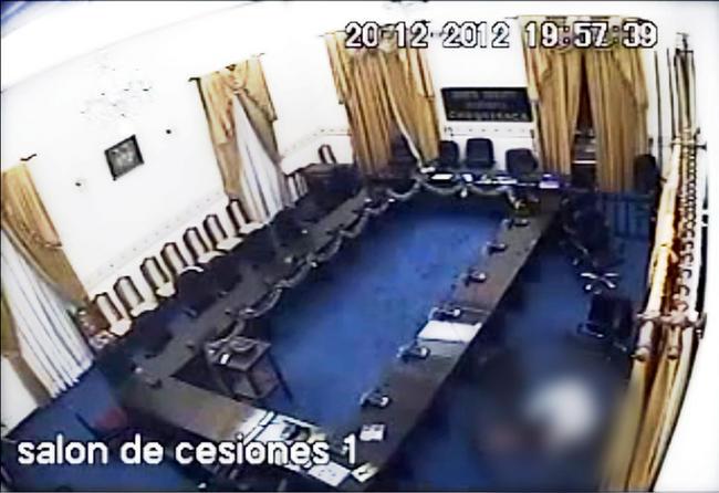 Violan a mujer frente a cámara de video, en parlamento de Bolivia