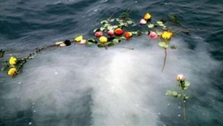 Se ahoga echando las cenizas de su esposa al mar