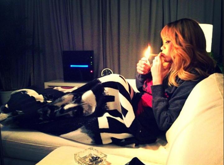 Publican fotos de Rihanna con 'sospechoso' cigarro