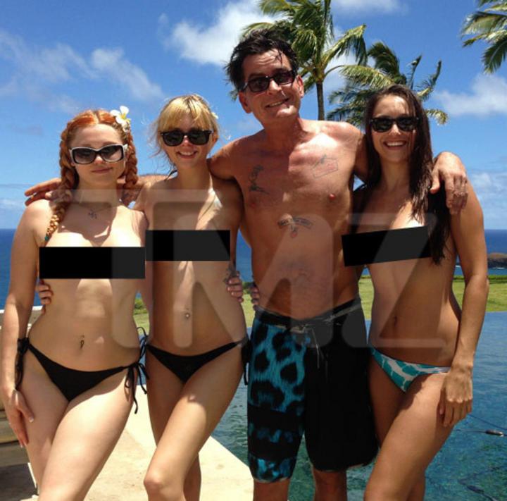 Posa Sheen con actrices en