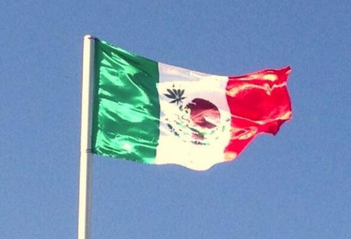 McLaren exhibe bandera mexicana con hoja de marihuana