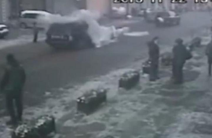 Del 'cielo' le cae un hielo gigante sobre su camioneta
