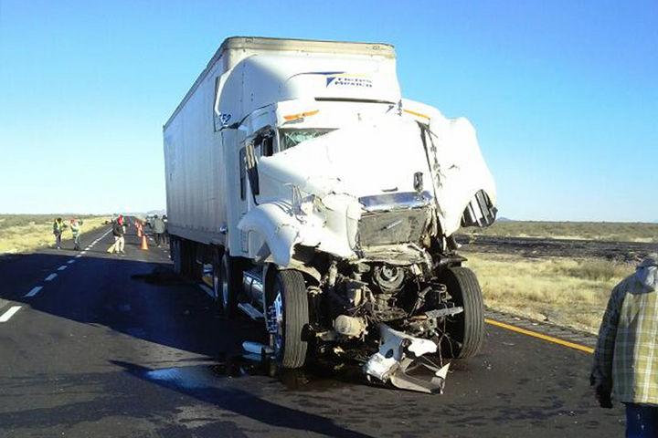 también el tráiler que chocó por alcance al camión de carga