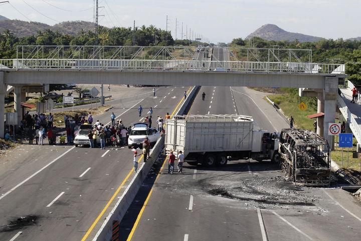 Vuelven bloqueos en Michoacán