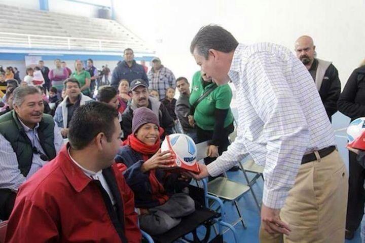 Critican a Márquez en web por regalo