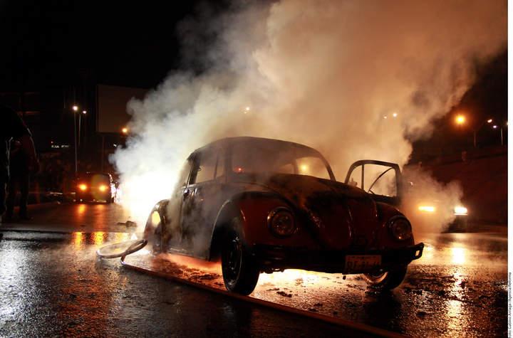 Se salva pareja de fuego en auto