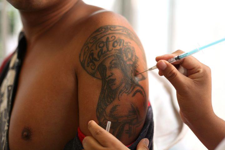 Alerta en Jalisco por vacunas ilegales contra la influenza