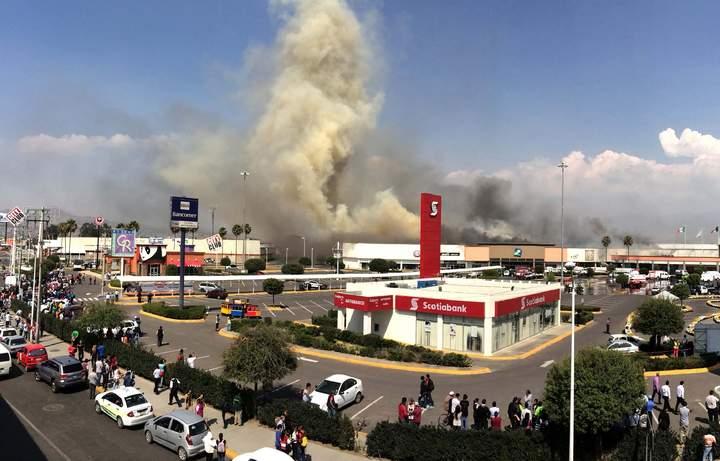 Se registra incendio en Plaza Sendero en Ixtapaluca