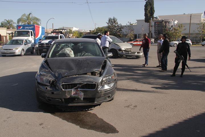 Participan en choque tres vehículos