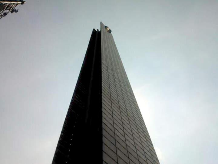 Hombre escala la Estela de Luz