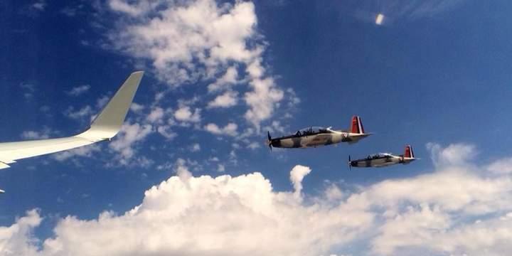 Escoltan aeronaves militares avión de EPN