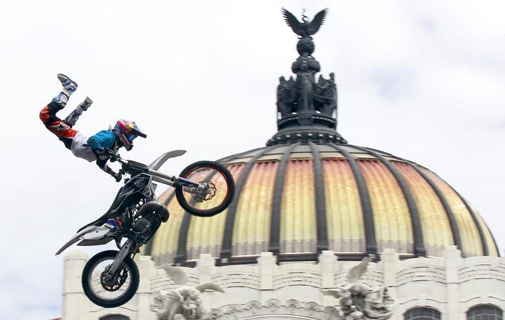 Vuelan pilotos X-Fighters en Bellas Artes