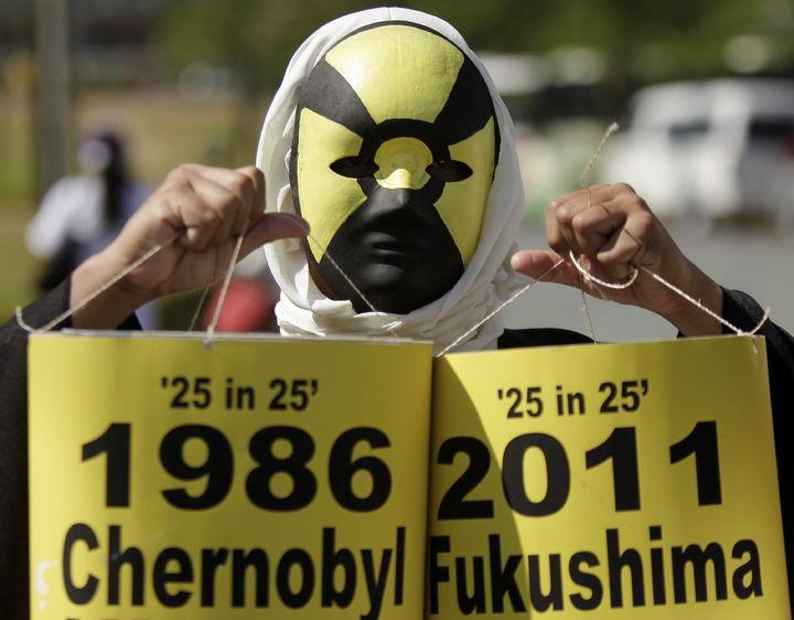 Miles protestan en Fukushima