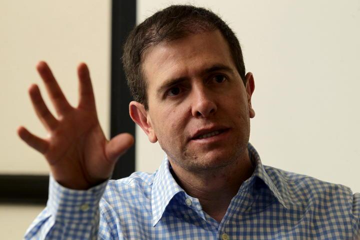 Alfredo Castillo busca mediar entre autodefensas