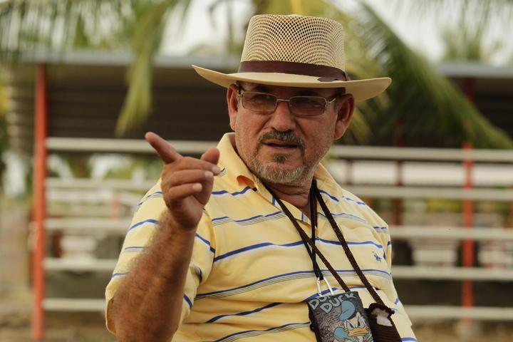 Consignan a Hipólito Mora en Michoacán