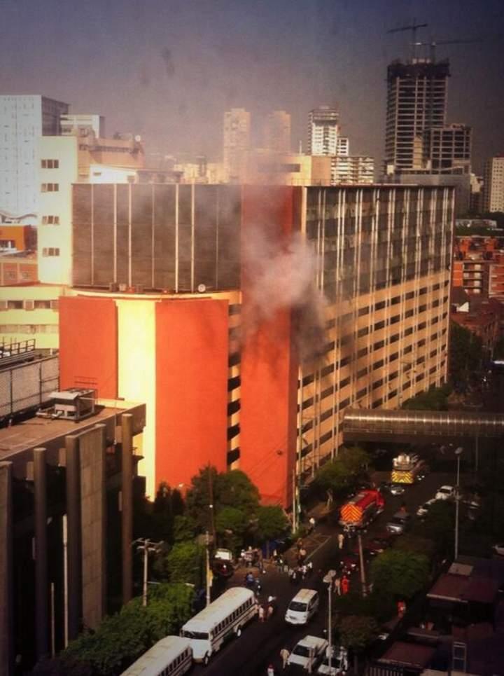 Desalojan edificio de Pemex por incendio de vehículo cercano