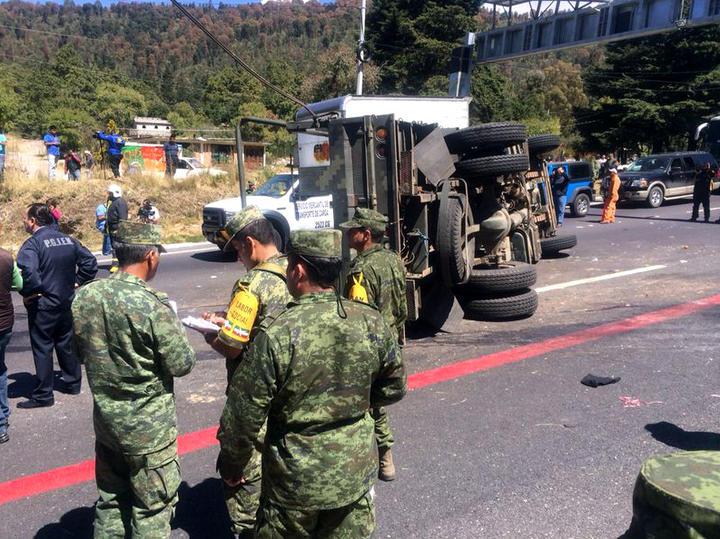 Confirman dos militares muertos en volcadura
