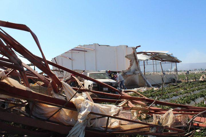 Atienden daños tras tornado en Michoacán