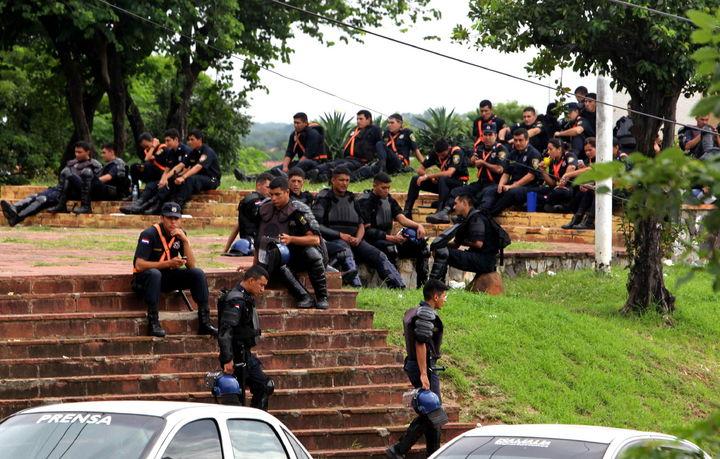 Dan ultimátum a policías