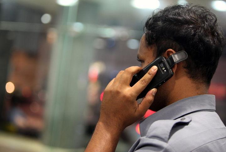 Buscan en penales bloquear celulares