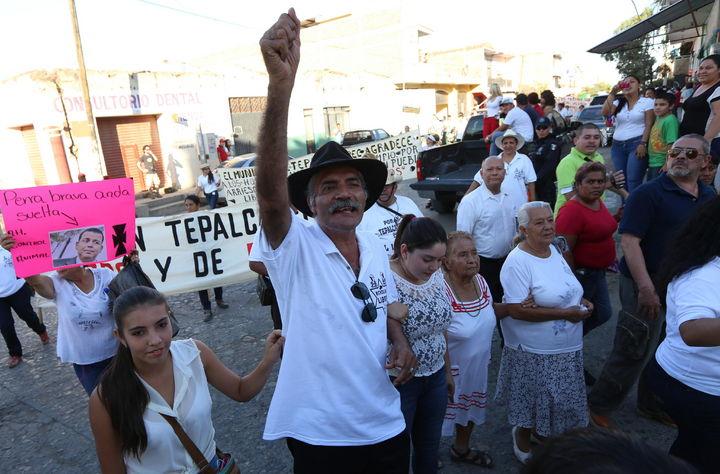 Marchan habitantes contra el desarme