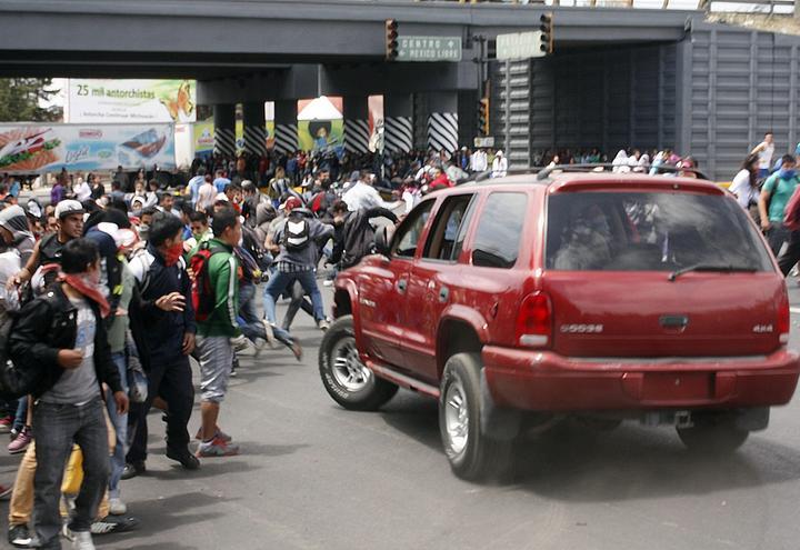 Camioneta embiste a normalistas en Morelia