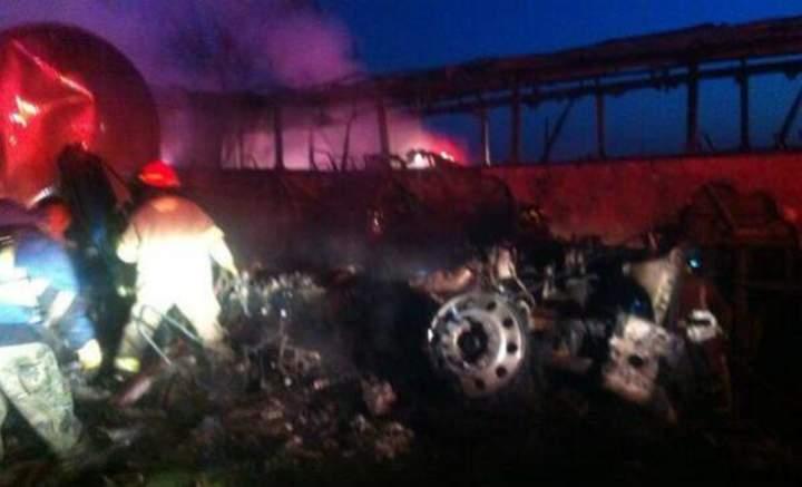 Se incendia autobús al chocar con pipa en la México-Querétaro
