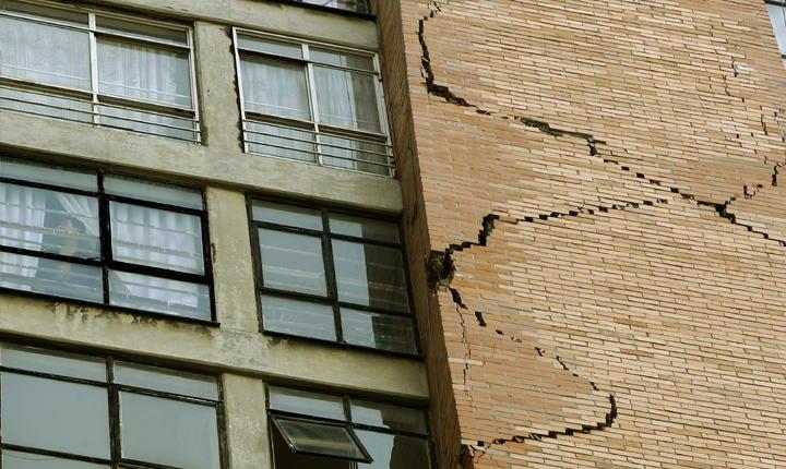 Desalojan a vecinos de edificio en la ciudad de México