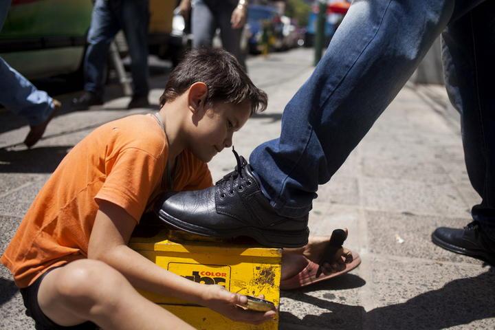 Avala Senado prohibir que menores de 15 años trabajen