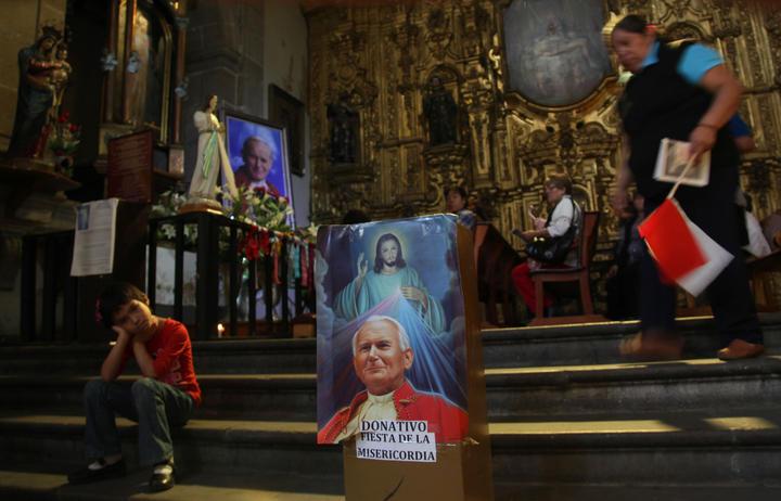 Celebran mexicanos canonización de Juan Pablo II